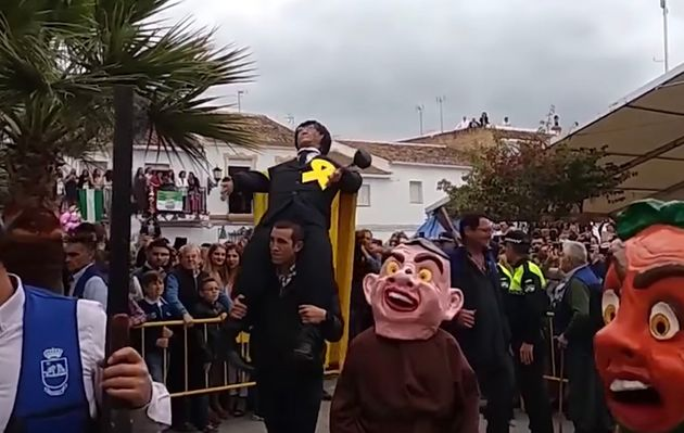 Un pueblo de Sevilla quema un muñeco de