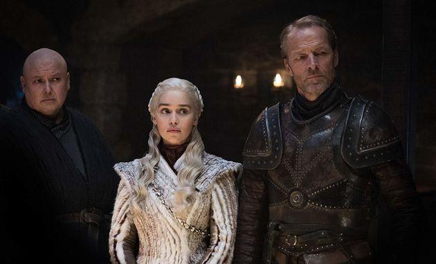 Acompanhada de Varys (Conleth Hill) e Jorah (Iain Glen), Dany (Emilia Clarke) anda se sentindo meio deslocada...
