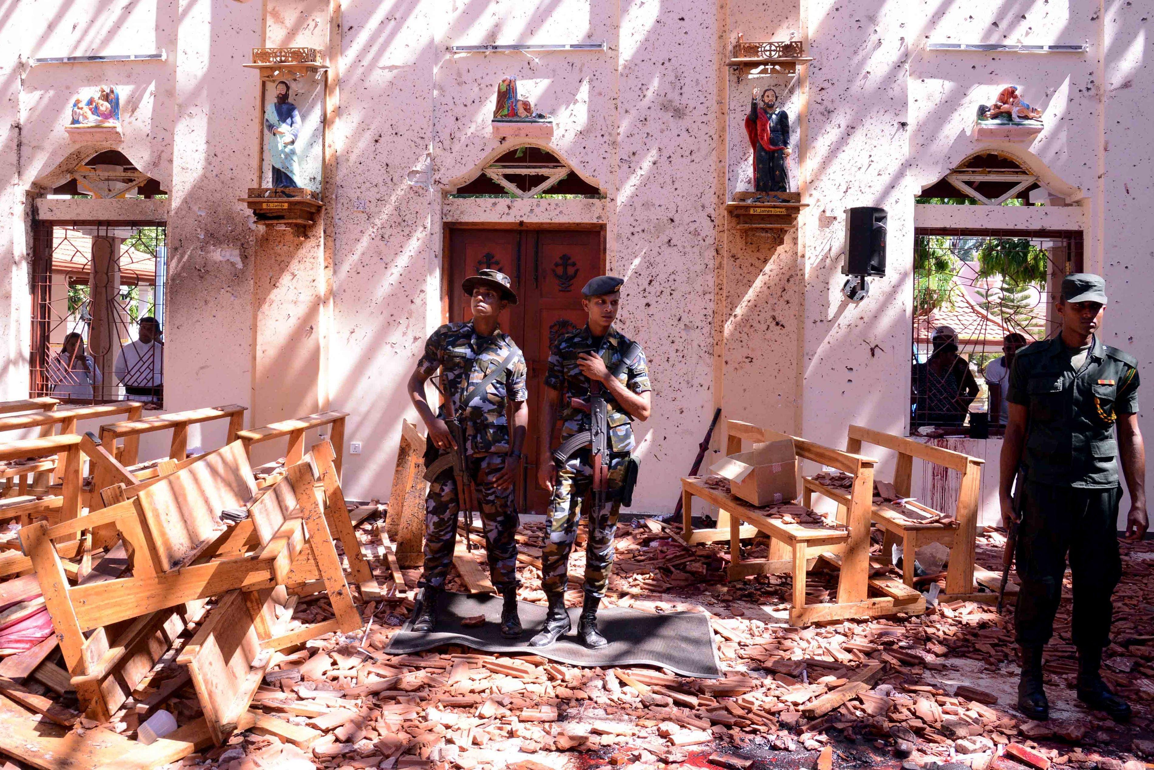스리랑카 군인들이 폭발이 발생한 성 세바스티안 성당에서 경계 근무를 서고 있다. 스리랑카, 네곰보. 2019년