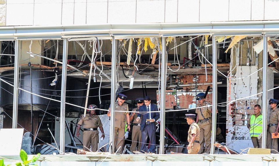 스리랑카 수사당국 관계자들이 폭발이 발생한 샹그릴라 호텔 레스토랑을 살펴보고 있다. 스리랑카, 콜롬보. 2019년