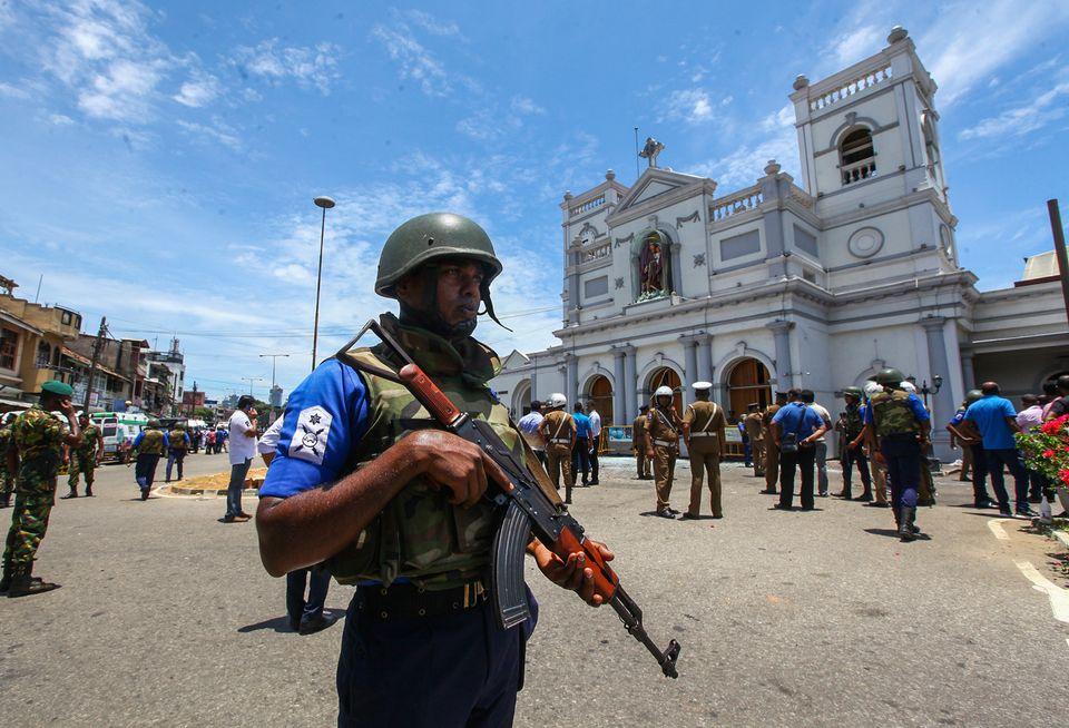 스리랑카 군인들이 성 안토니 성당 앞에서 경계 근무를 서고 있다. 스리랑카, 콜롬보. 2019년