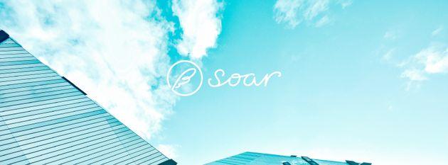 「soar」には「舞い上がる」という意味があり、鳥が羽ばたくようなイメージを込めているそう。ロゴは、可能性が羽ばたいて空を見上げたあと、羽根が落ちているというシーンを表している