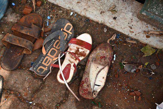 Zapatos y pertenencias de las víctimas, tomadas como pruebas a las afueras de la iglesia de San...