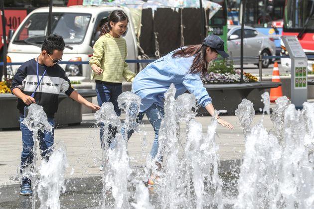 오늘(22일) 낮 최고 기온이 30도에 육박한 지역이