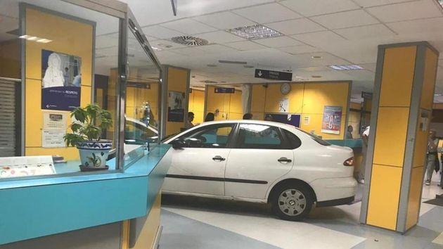 El coche, ante el mostrador, en mitad de la sala de espera de