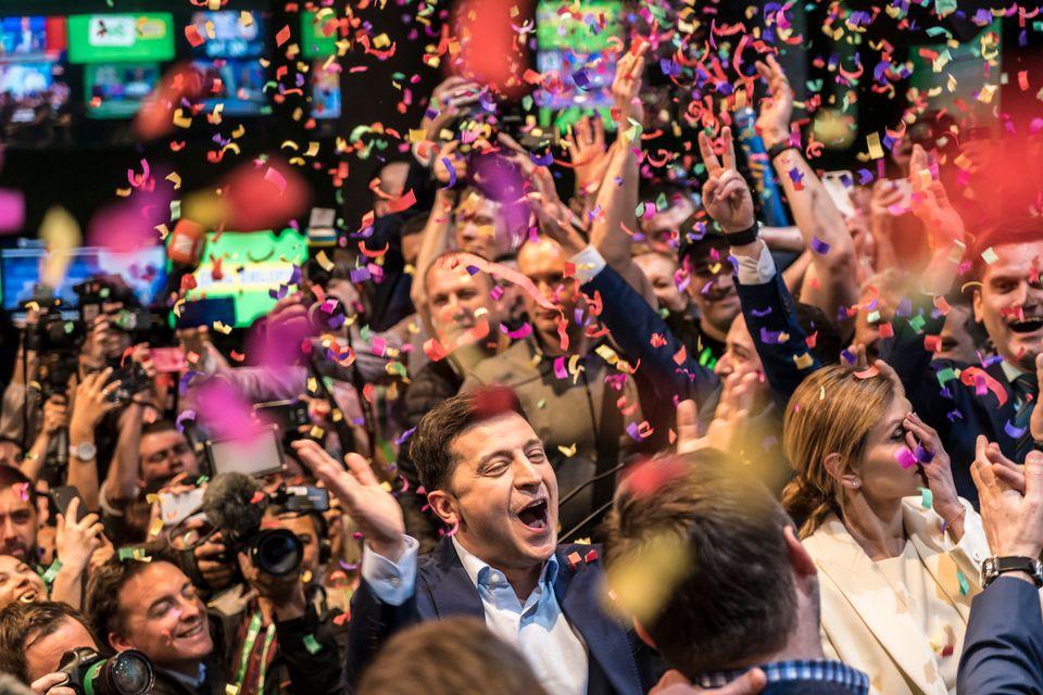 우크라이나 대선 결선투표 출구조사 발표 직후 젤렌스키 후보와 지지자들이 승리를 자축하고 있다. 우크라이나, 키예프. 2019년
