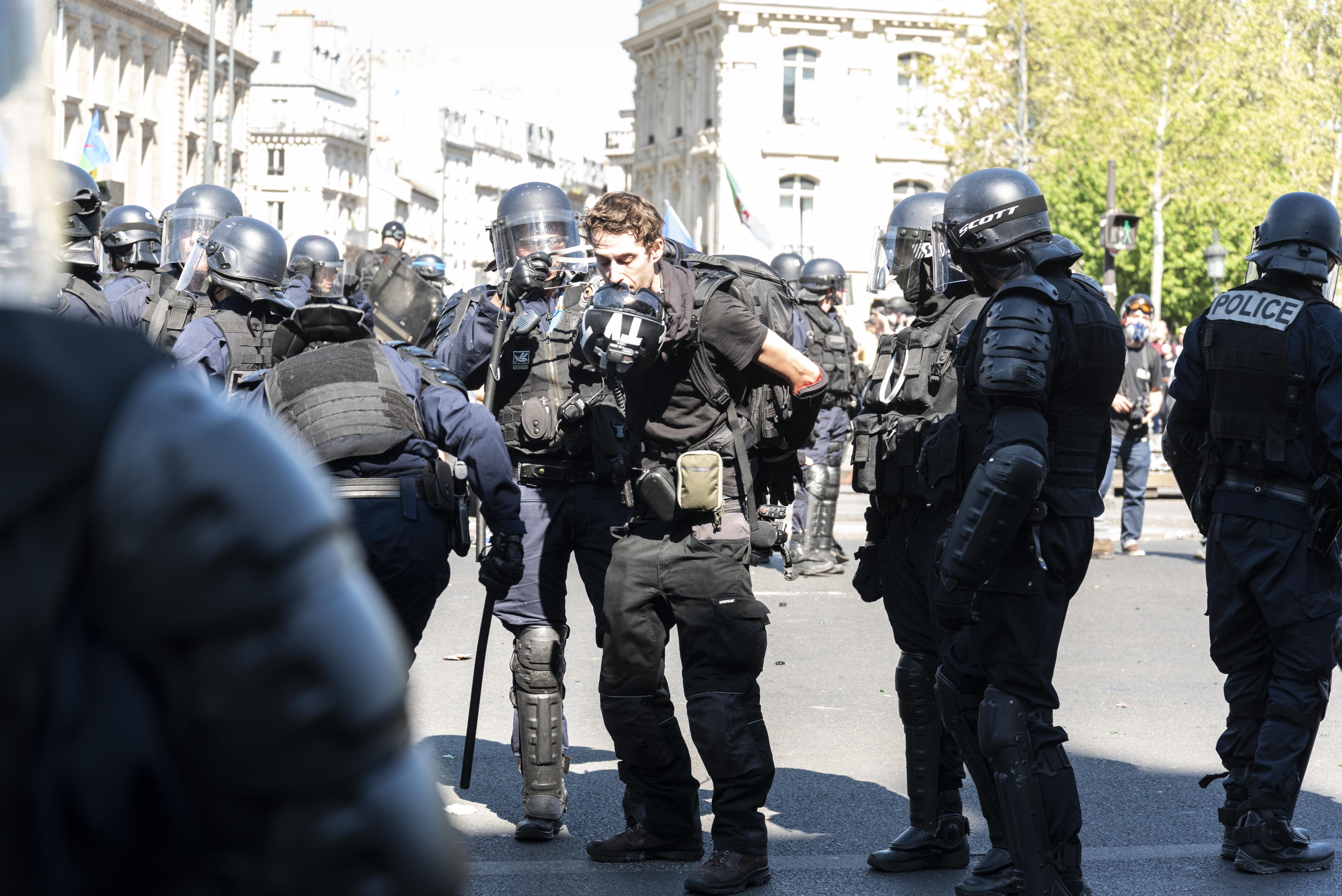 Politiques et personnalités se mobilisent pour le journaliste Gaspard Glanz arrêté pendant l'acte