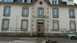 La façade d'une gendarmerie dégradée par des tags d'appels au