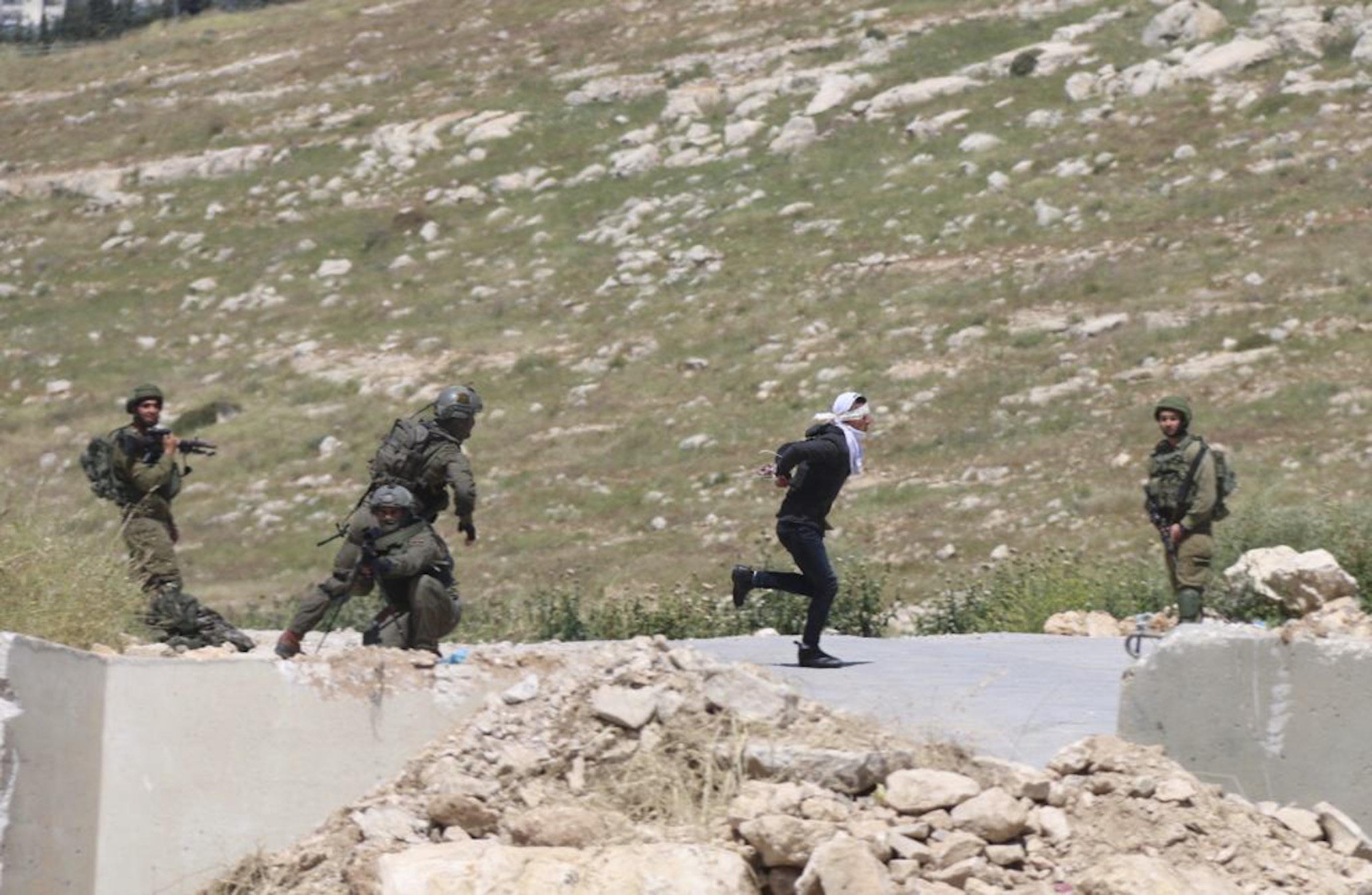 Soldados israelíes disparan a un menor palestino con los ojos vendados y