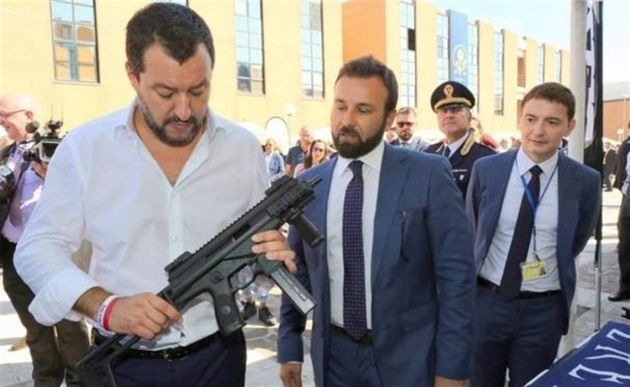 Matteo Salvini, metralleta en
