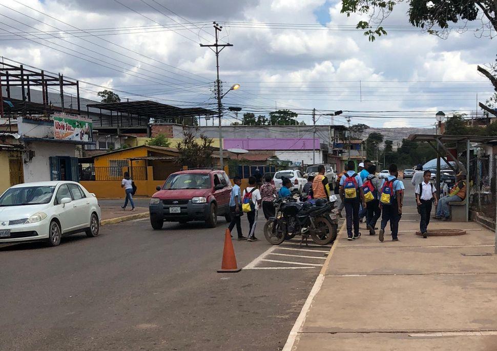Jornalista do HuffPost foi deixada próximo à Escuela Basica Dr Juan De Holmquist, em Santa