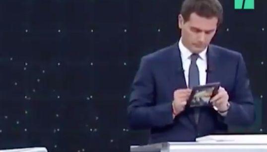 Rivera saca esta foto de Sánchez enmarcada y la deja en su atril todo el