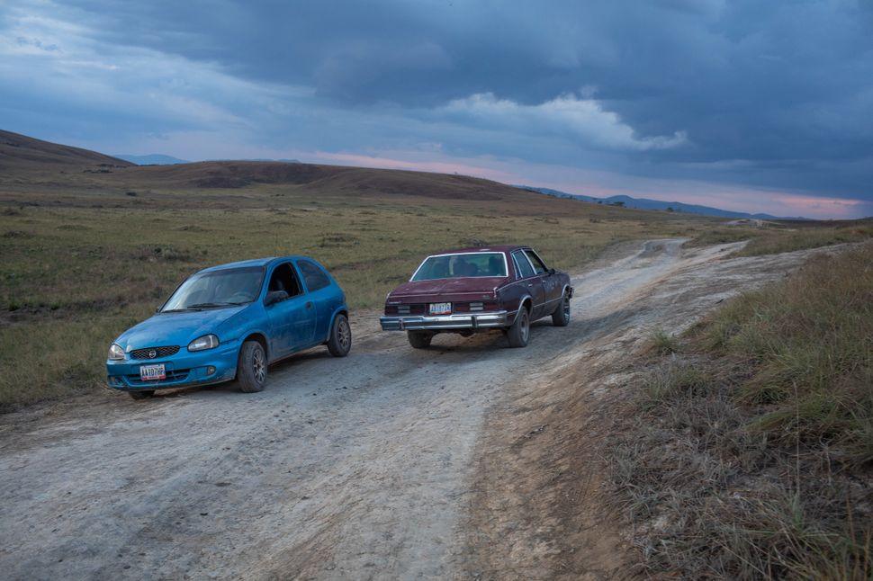 Corsa azul dos anos 90 apagou duas vezes na travessia da jornalista Grasielle Castro do Brasil à
