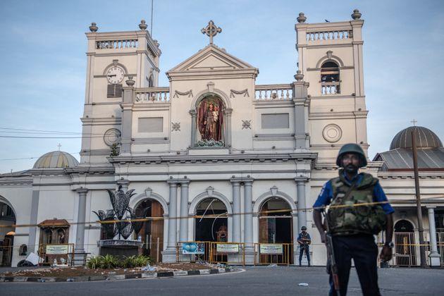 Des militaires devant le sanctuaire Saint-Antoine à Colombo, au Sri Lanka,le 21 avril