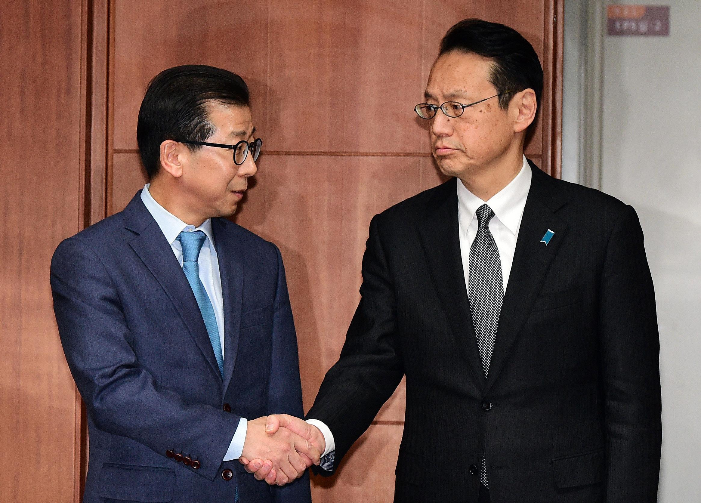 김용길 외교부 동북아시아국장(왼쪽)과 가나스기 겐지 일본 외무성