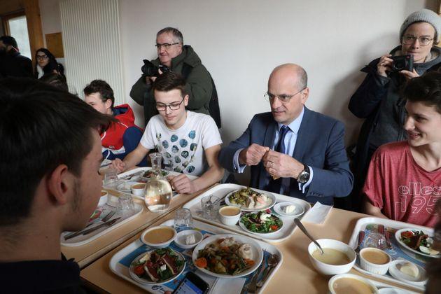 Jean-Michel Blanquer déjeunant dans une cantine scolaire à Étang-sur-Arroux (Saône-et-Loire)...