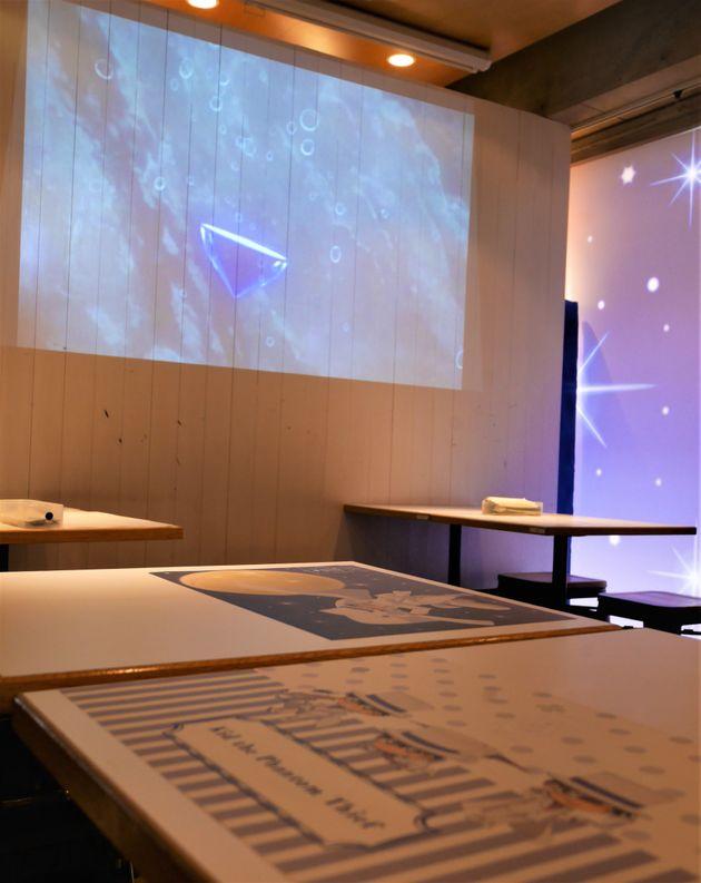 怪盗キッドカフェ内では劇場版「名探偵コナン 紺青の拳」のシーンが流れている