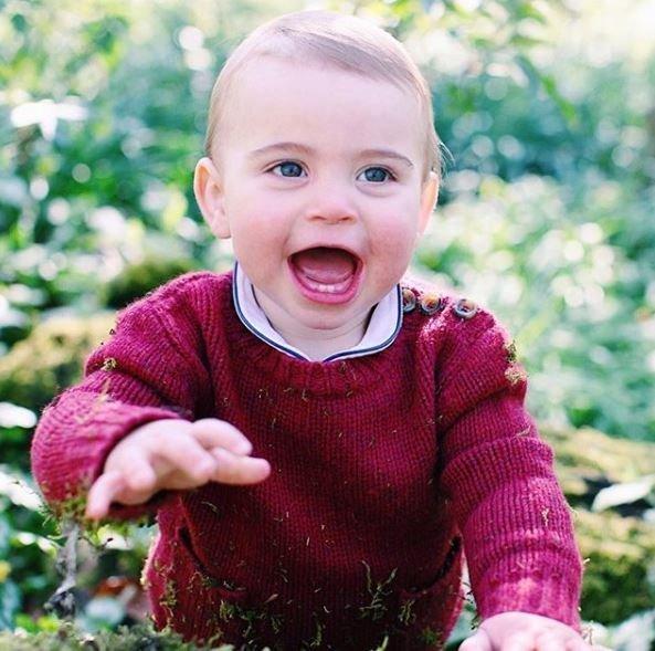 Ο πρίγκιπας Λούις έγινε ενός και η μαμά του Κέιτ έβγαλε τις πρώτες