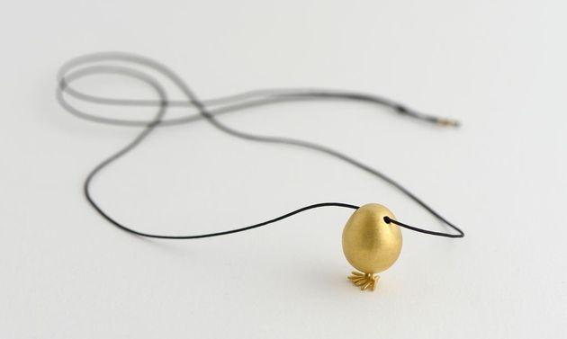 Μενταγιόν - Βγες από το αβγό σου. Δημιουργία των δεμ. Επιχρυσωμένος ορείχαλκος. Τιμή 45 ευρώ.