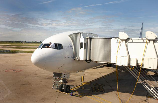 Un pilote de la compagnie Air France nettoyant son pare-brise à l'aéroport de Paris