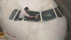 L'image d'un pilote de Tunisair en train de nettoyer le pare-brise de son avion secoue la toile: Il s'agit pourtant d'une pra...
