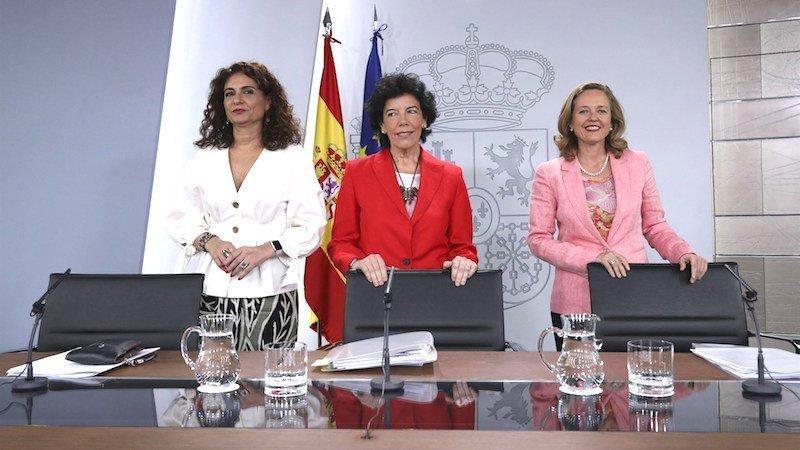 La ministra de Hacienda, María Jesús Montero, la portavoz del Gobierno, Isabel Celaá,...