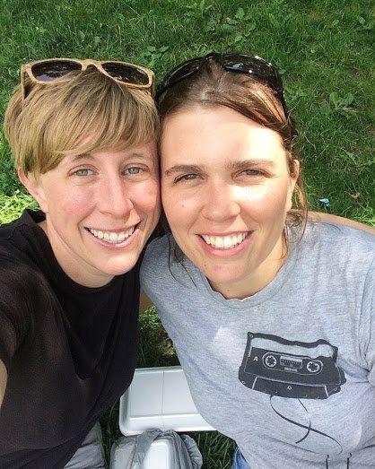 La autora (izquierda) con su prometida,