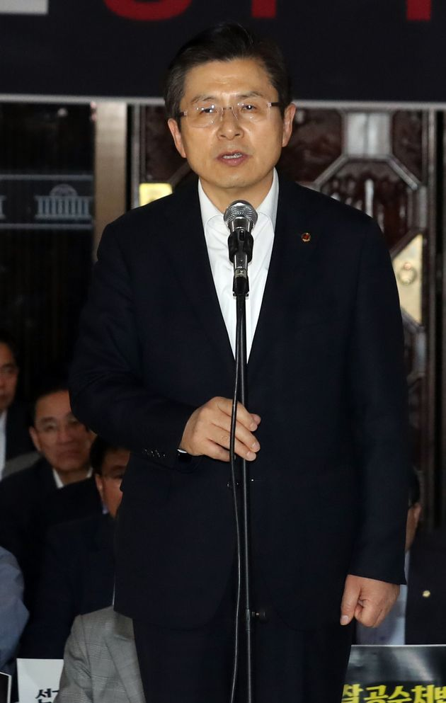 황교안 자유한국당 대표가 23일 오후 서울 영등포구 여의도 국회 로텐더홀에서 열린 긴급 의원총회에서 발언을 하고 있다.