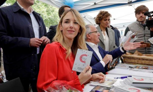 Álvarez de Toledo firma ejemplares de la Constitución: las reacciones son justo las que