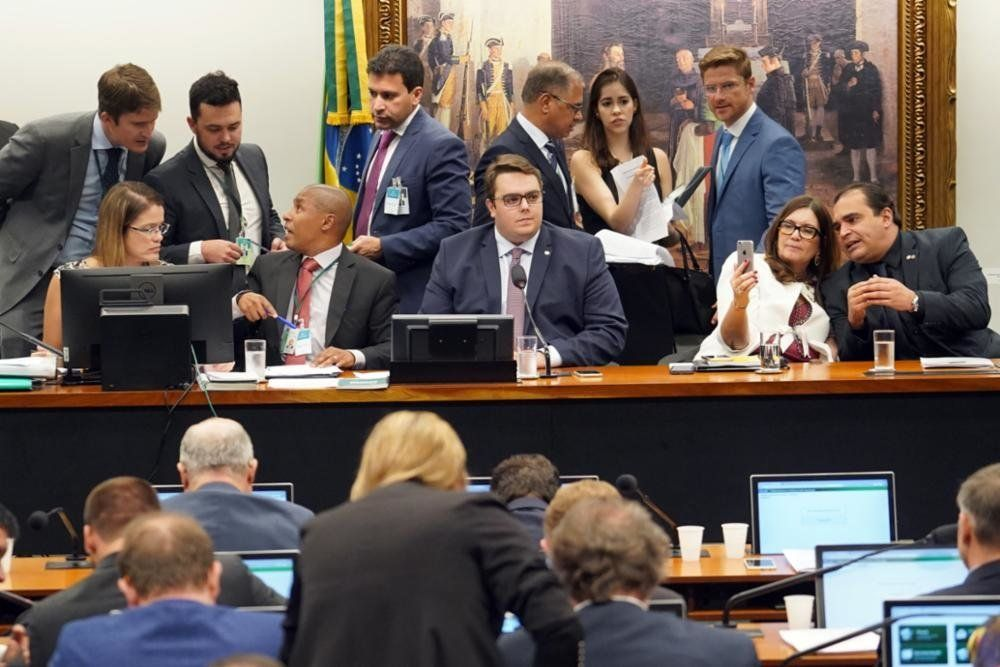 Reforma da Previdência é aprovada na CCJ da Câmara após governo ceder ao
