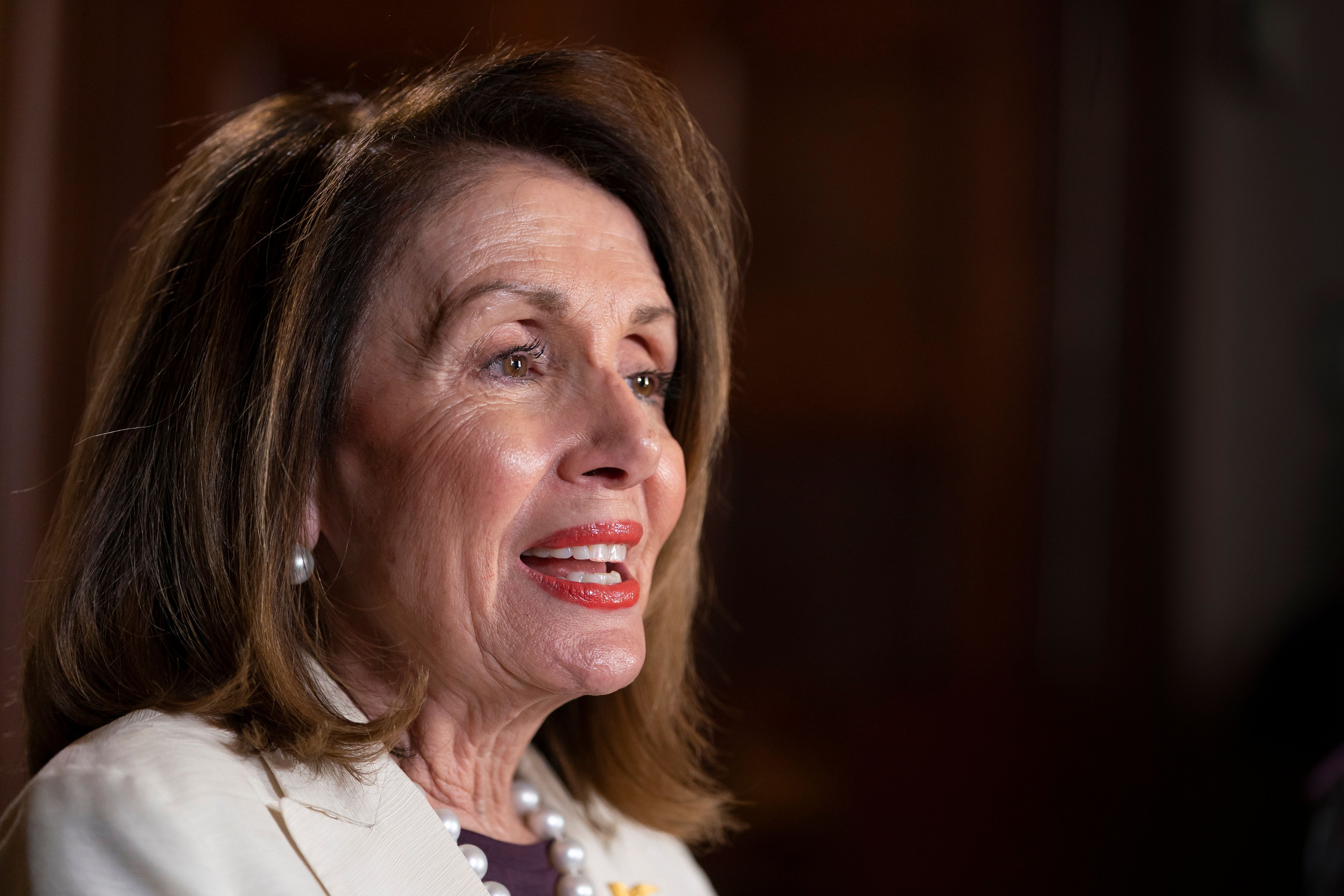La presidenta de la Cámara de Representantes, la demócrata Nancy Pelosi, hace declaraciones en su oficina durante una entrevista con The Associated Press en el Capitolio, en Washington, el miércoles 10 de abril de 2019. (AP Foto/J. Scott Applewhite)