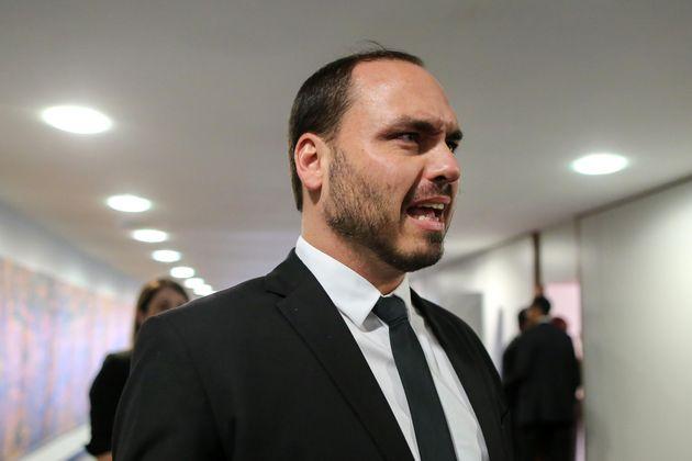 O filho do presidente, Carlos Bolsonaro, que já ajudou a derrubar um ministro, agora parte para...
