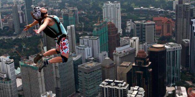 Il volo dal grattacielo di Kuala Lumpur, le acrobazie dei base jumper