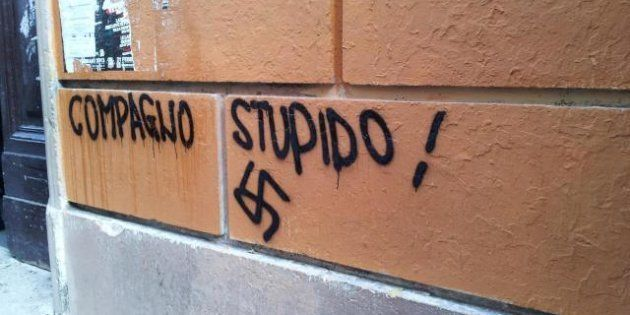 Svastica e volantini neonazisti davanti al Tasso di Roma
