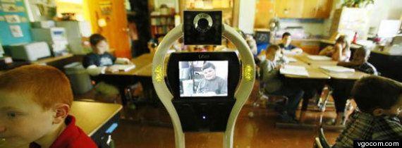 Devon Carrow rimane a casa per colpa di una rara allergia: al posto suo, in classe, ci va il robot-avatar...