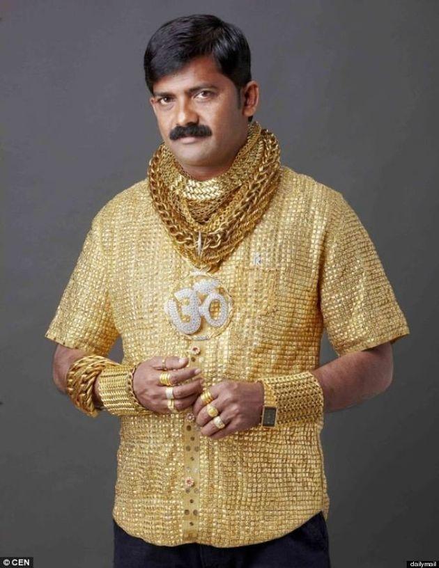 L'indiano indossa maglia d'oro da 23mila dollari per impressionare signore (FOTO,