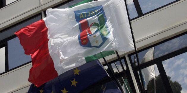 Guardia di Finanza nella sede del Napoli calcio per compravendita giocatori: i tifosi azzurri si dividono...