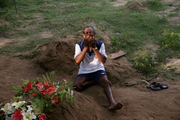 희생자가 묻힌 묘소 앞에서 한 남성이 오열하고 있다. 스리랑카, 네곰보. 2019년