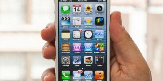 Tecnologia: Apple progetta un iPhone low cost, cambio di strategia in casa Cupertino; Facebook convoca...