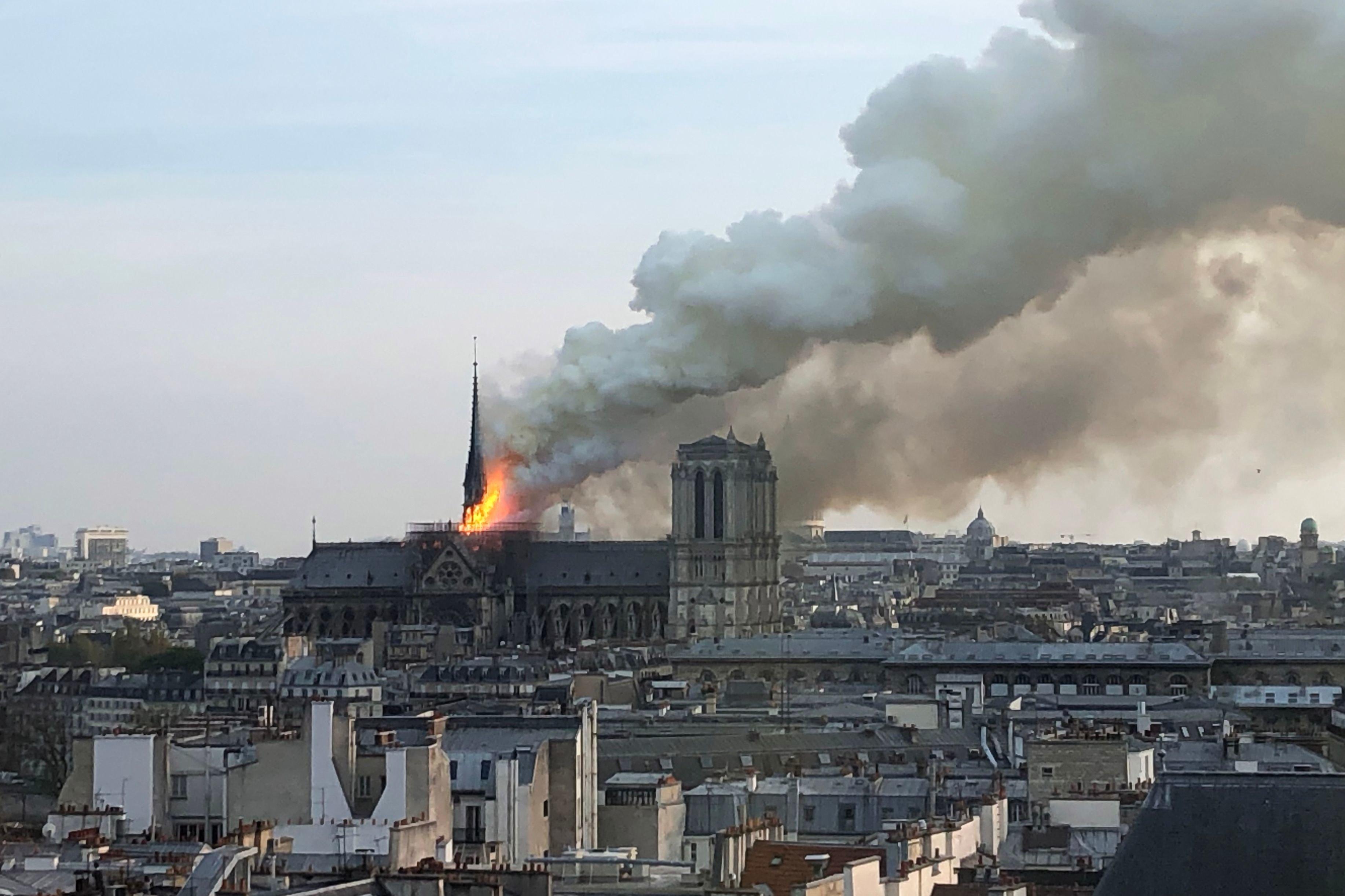 燃え上がるノートルダム大聖堂