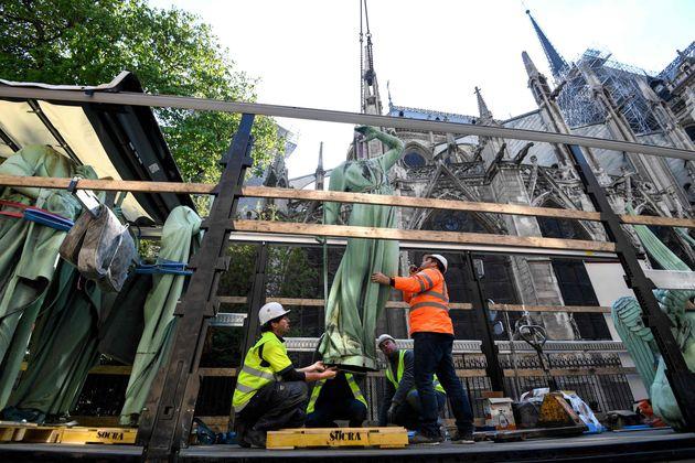 回収される聖堂内の像
