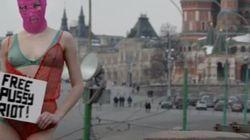 La modella in lingerie 'occupa' la Piazza Rossa: