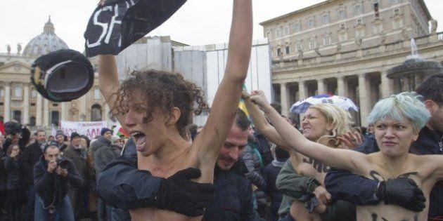 Femen, la protesta delle attiviste a seno nudo in Piazza San Pietro. E una fedele si scaglia contro una...