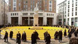 Edilizia in piazza a Milano. Cento caschetti a Piazza Affari contro la crisi del settore