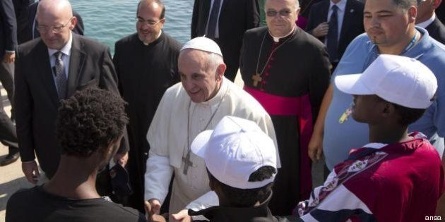 Francesco a Lampedusa, la scossa del Papa che mette all'angolo i politici (FOTO,