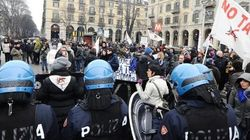 Monti contestato a Torino. Tensioni fra polizia e No Tav (FOTO,