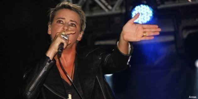 Cat Power: il concerto all'Auditorium di Roma è un mezzo disastro e per scusarsi regala magliette