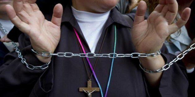 Napoli, le suore si incatenano per salvare i conventi: per la crisi 40 istituti di assistenza non ricevono...