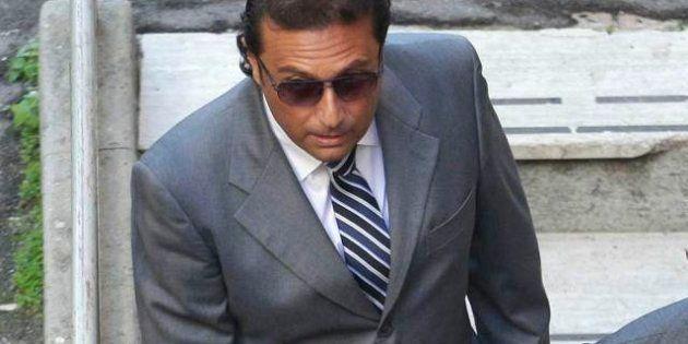 Francesco Schettino è scaramantico? I fotografi lo immortalano così