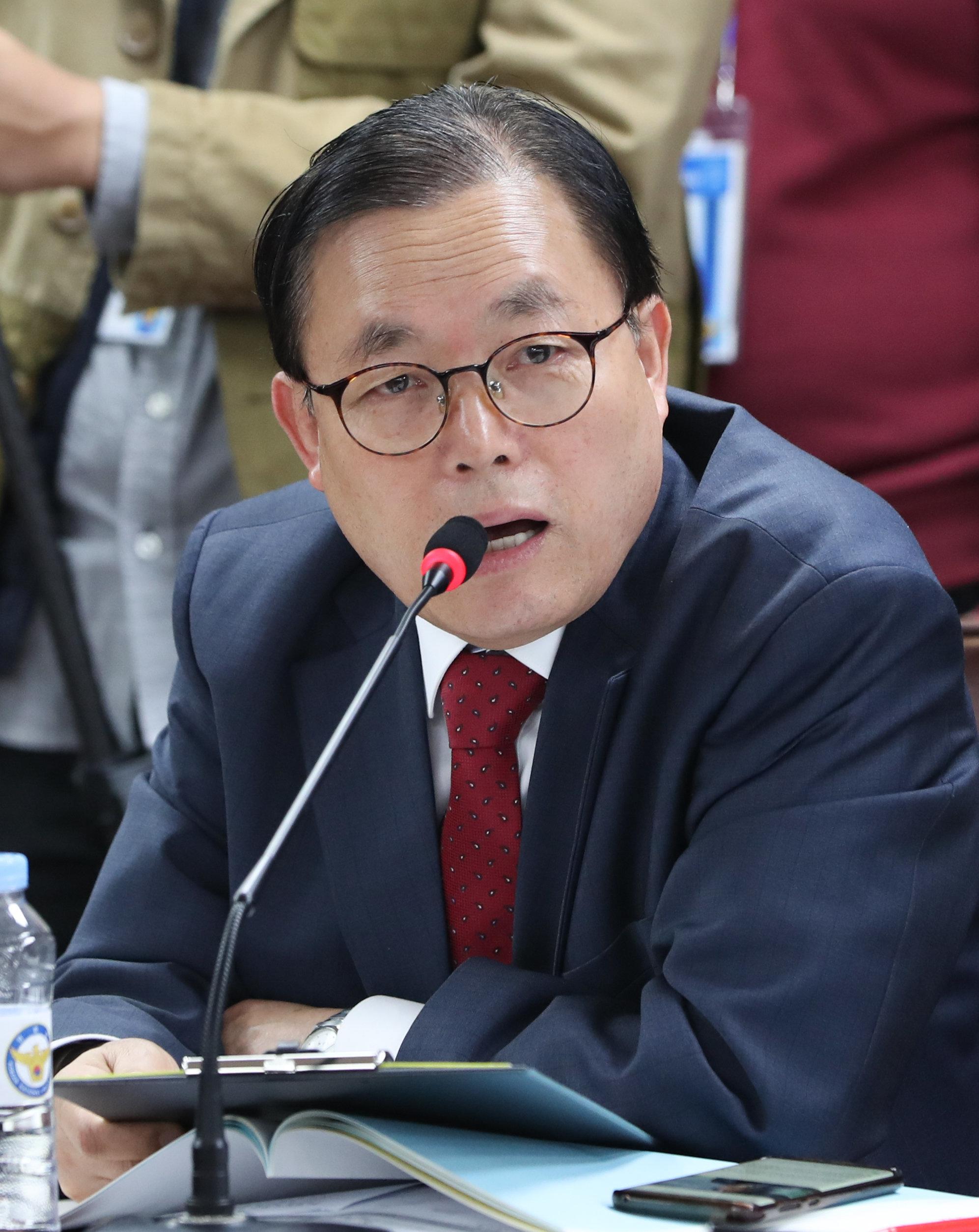이채익 한국당 의원이 '소방관 국가직화' 법안소위에 갑자기 들어와 한
